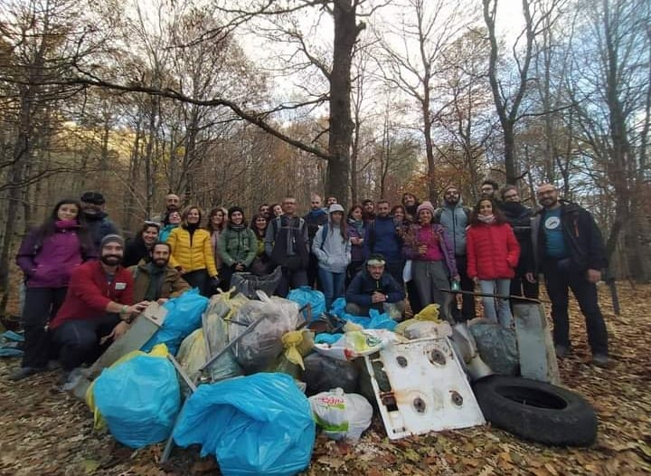 I MetAdventures puliscono il bosco di Cuma dai rifiuti lasciati nella natura